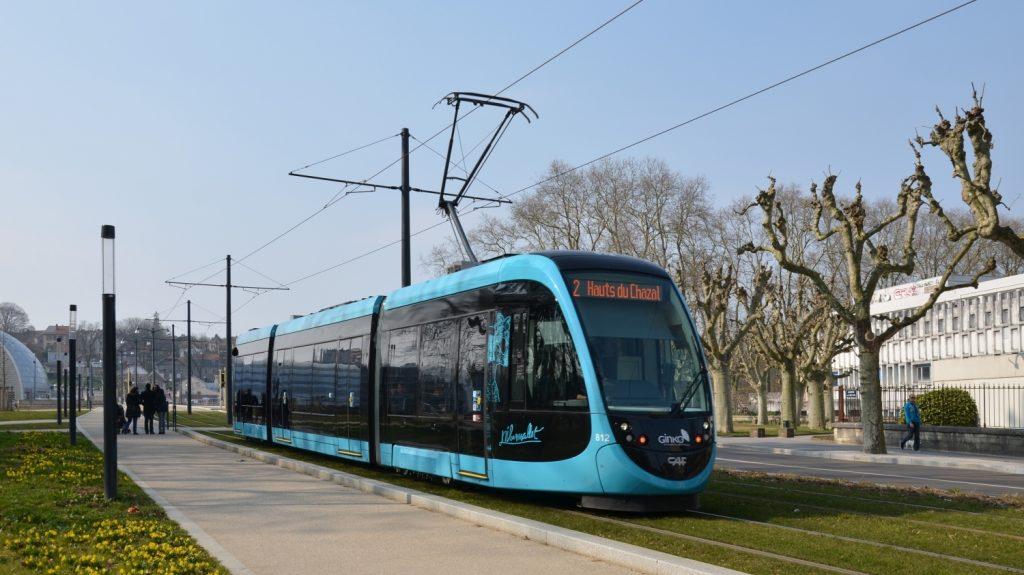 V Besançonu jezdí tříčlánkové tramvaje CAF Urbos 3. Španělské společnosti se podařilo prorazit se svými tramvajemi pouze ve třech francouzských městech. (zdroj: Wikipedia.org)