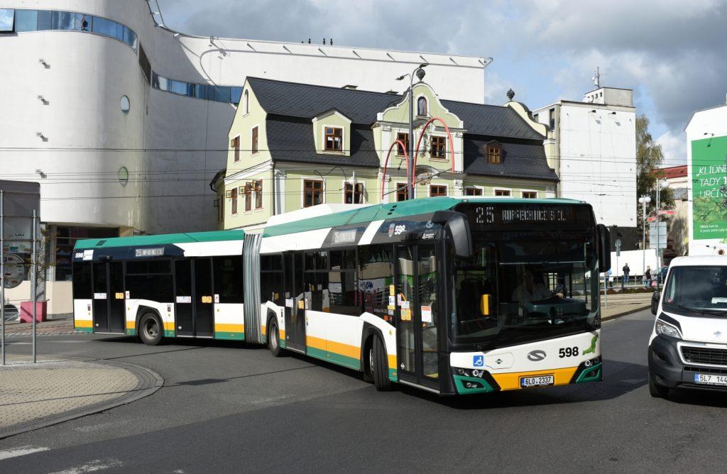 Autobus Solaris Urbino 18 CNG opouští terminál Fügnerova v Liberci. (foto: Libor Hinčica)