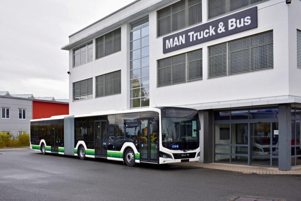 První z dvojice nových vozů Lion's City 18C odpočívá 30. října 2020 v servisu MAN Truck & Bus v Čestlicích. (foto: Matěj Stach)