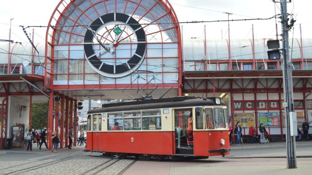 Tramvaj T2-62 z vagónky Gotha na terminálu Fügnerova. (foto: Zdeněk Mazánek)