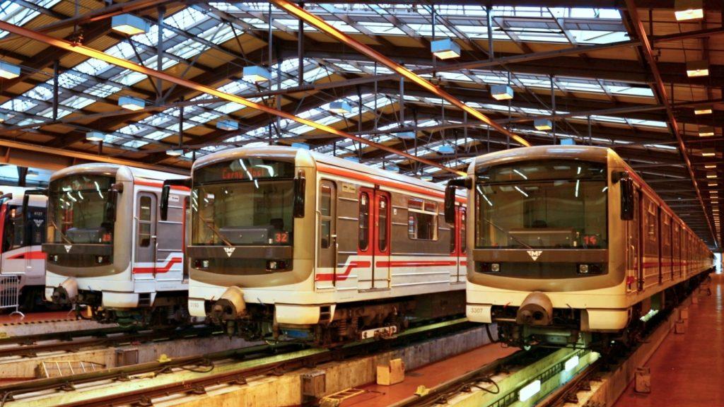Jednotky metra 81-71M odstavené v areálu Depa Zličín v roce 2016. (zdroj: Wikipedia.org; foto: VitVit)