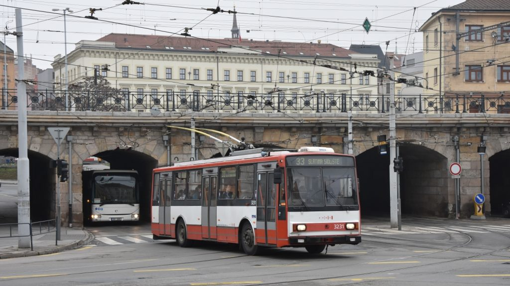 Absence nových vozidel dělá radost alespoň fanouškům starých škodováckých trolejbusů, kteří si tak mohou nadále v ulicích Brno vyfotit vozy 14 Tr i 15 Tr. (foto: Libor Hinčica)