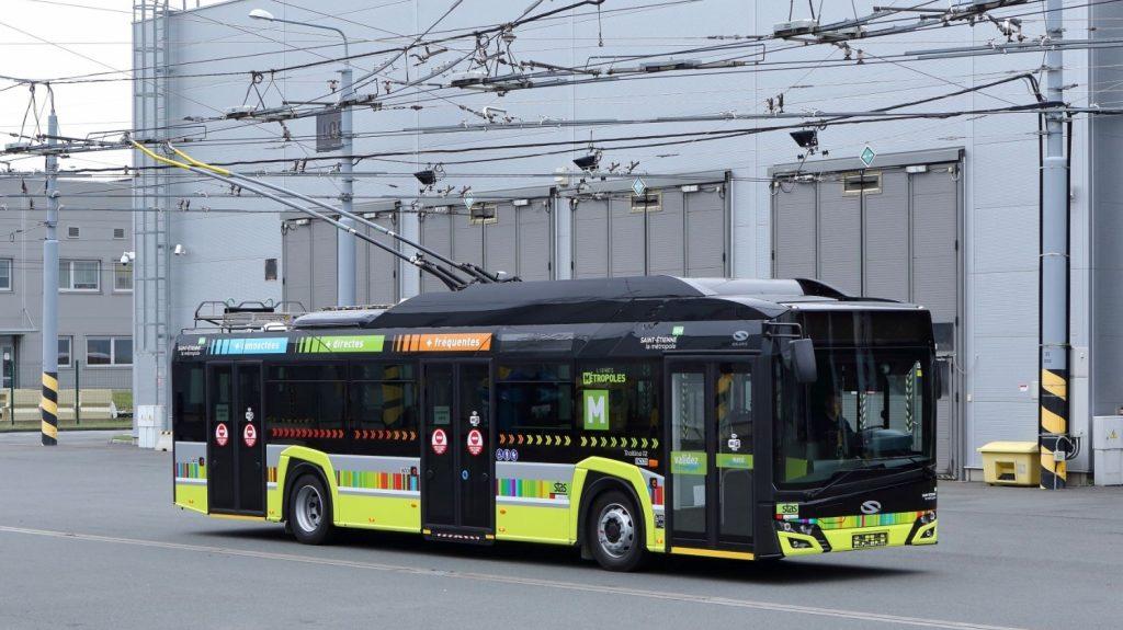 Trolejbus Solaris Trollino 12 pro Saint-Étienne ve vozovně Karlov v Plzni během zkušebních jízd. (foto: Škoda Electric)