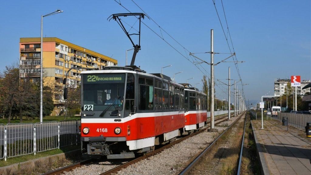Ex-pražské vozy T6A5 na normálněrozchodné lince číslo 22 v bulharské Sofii. V čele soupravy je veden vůz původního pražského čísla 8674. (foto: Petr Nevyhoštěný)