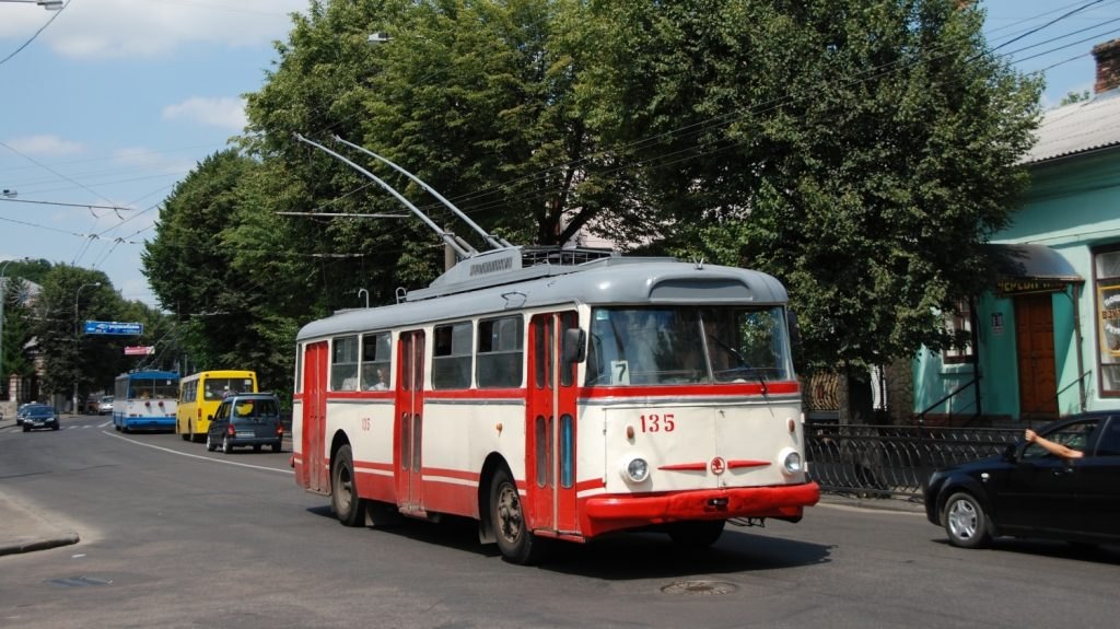 Jediný ex-opavský trolejbus Škoda 9 TrHT v ukrajinském městě Rovno (Rivne) zachycený na fotografii z roku 2011. Dnes nese stejné evidenční číslo původně ex-brněnský vůz, který je stále možné nasadit do provozu. (foto: Libor Hinčica)