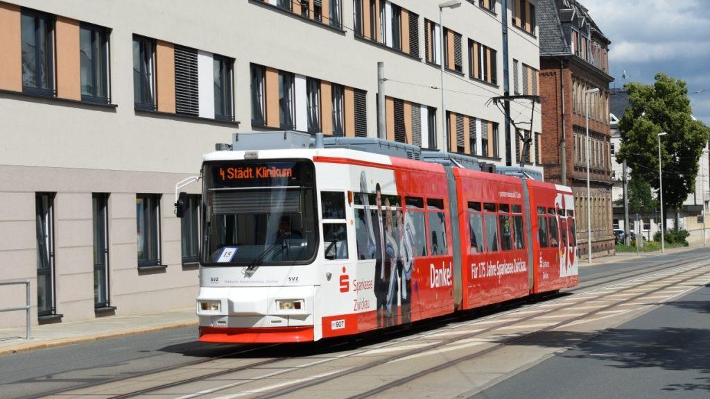 Jedna z trojice již modernizovaných tramvají GT6M ve Zwickau v létě 2020. (foto: Libor Hinčica)