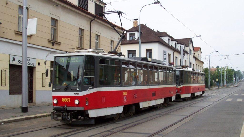 Souprava tramvají T6A5 v Kobylisích v červenci 2006. (zdroj: Wikipedia.org; foto: Aktron)