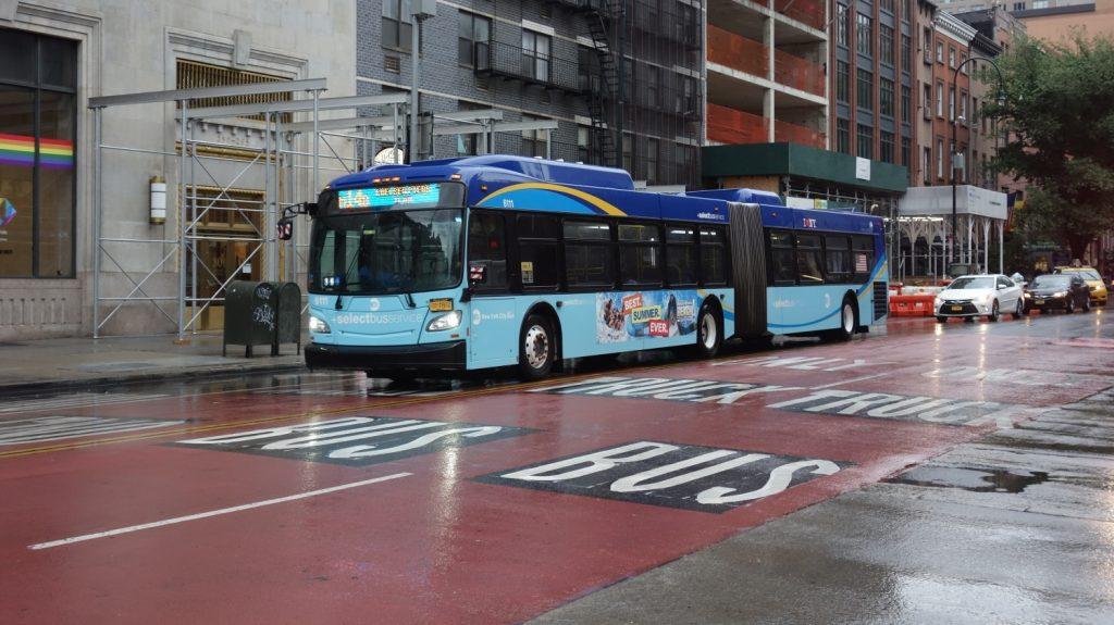 Provoz autobusů na 14th Street ve vyhrazených jízdních pruzích se stal ohromným úspěchem. V červnu 2020 byl provoz ze zkušebního provozu převeden na trvalý a rozšířen o více než 1 km. (zdroj: Wikipedia.org)