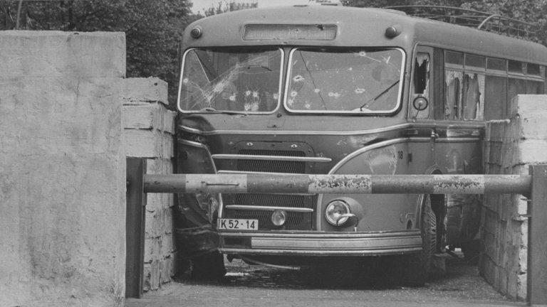 Jedna z nejslavnějších fotografií zachycujících neúspěšné útěk pomocí autobusu IFA H6B východoberlínského DP do Západního Berlína v roce 1963. Na karoserii vozu bylo napočítáno 138 zásahů… (zdroj: Chronik der Mauer)