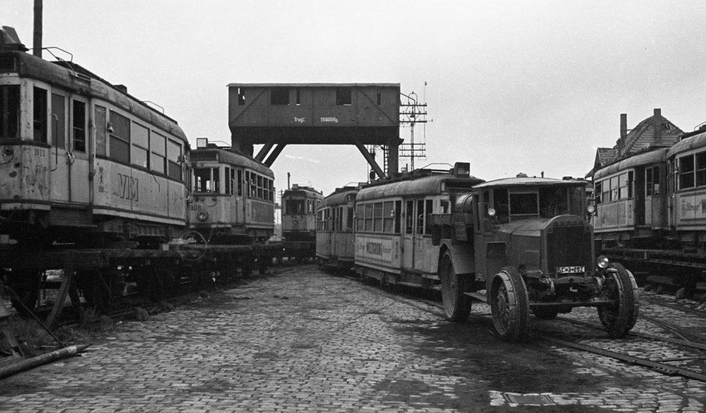 Berlín se po válce musel potýkat s nedostatkem prakticky veškeré techniky. Část vozů, která válku přežila, byla navíc coby válečná kořist odvezena do Moskvy (vagóny metra) a Varšavy (tramvaje). Právě vagónování vozů do Varšavy dokumentuje tento snímek. (foto: archiv BVG)