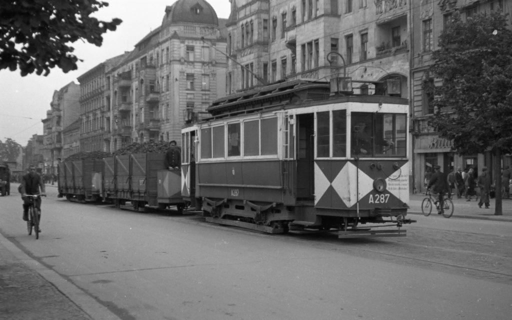 Bez nákladních tramvají to ještě v roce 1949 nešlo. Souprava na snímku právě převáží uhlí. (foto: archiv BVG)