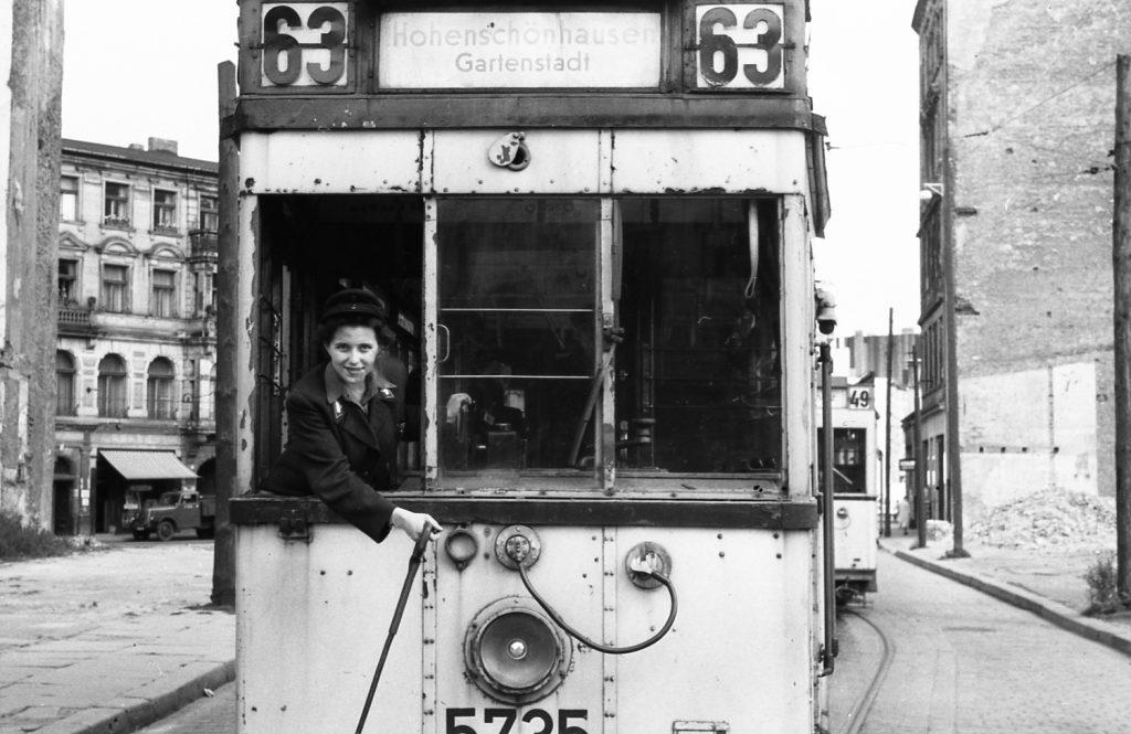 Zatímco ve východním Berlíně mohly ženy vykonávat jak funkce průvodčích, tak řidiček, v Západním Berlíně ženy tramvaje řídit nesměly. Toho komunističtí představitelé mistrně využili ve snaze přerušit průběžný provoz tramvají mezi oběma částmi města. (foto: archiv BVG)