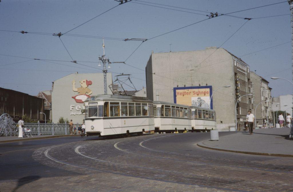 Zatímco Západní Berlín tramvaje zrušil, ten východní to nestihl. Po ropné krizi na počátku 70. let byl naopak pohled na jejich roli přehodnocen. Do doby zahájení dodávek nových tramvají z ČKD Tatra byl však Berlín odkázán zejména na tzv. Rekowageny. Tramvaje, které vznikaly jako novostavby za využití prvků a designových křivek vozů Gotha. Poslední motorové vozy byly vyrobeny v roce 1970, vlečné ještě o pět let později. V provozu se tramvaje v Berlíně udržely až do roku 1996. (foto: Noah Caplin; archiv BVG)