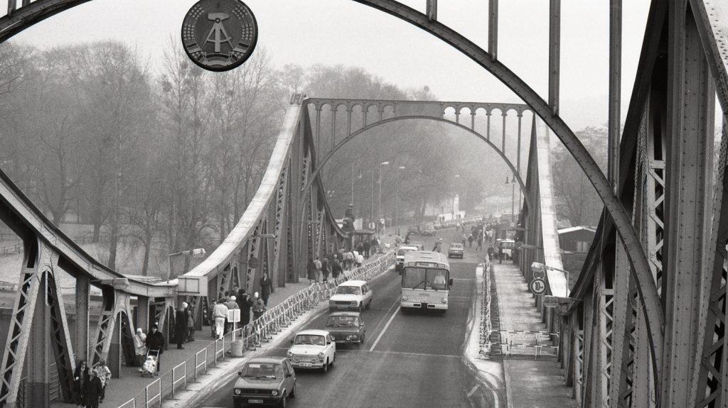 Znak NDR na mostě v Glienicker Brücke v závěru roku 1989. Socialistická republika zanikla o necelý rok později. (foto: archiv BVG)
