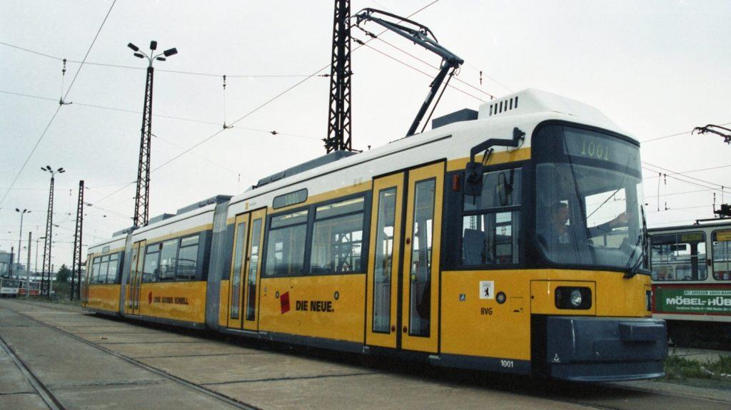 První nízkopodlažní tramvaj GT6N z produkce AEG dodaná do Berlína v srpnu 1994. (foto: archiv BVG)