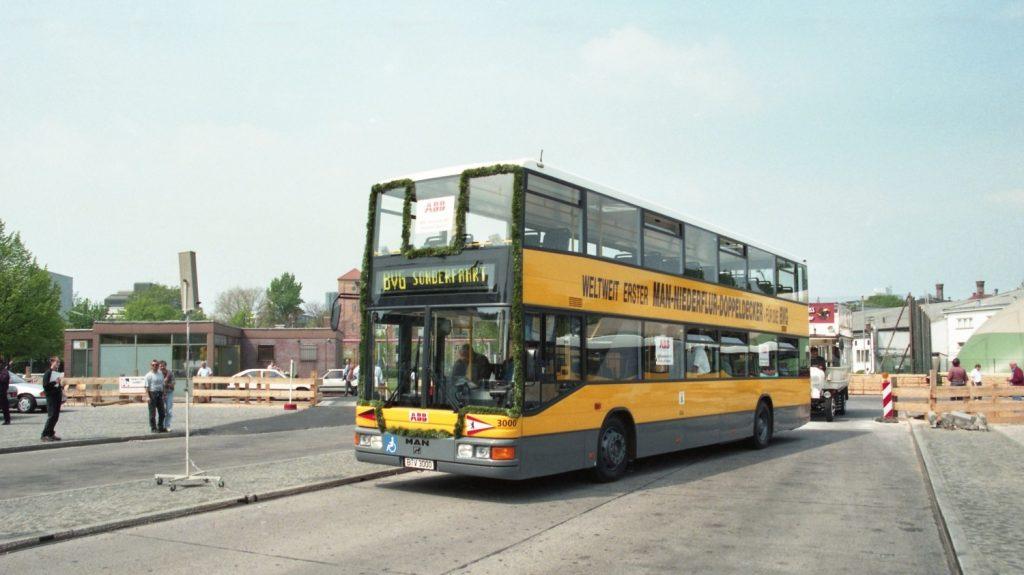 Patrové autobusy jsou symbolem Berlína, v éře východního Berlína tomu tak ale nebylo, neboť město postupně ovládly článkové Ikarusy. Po sjednocení se situace změnila. Západní Berlín začal používat kloubové vozy, jimž se dříve bránil, východní oproti tomu obdržel první patrové autobusy. Tento snímek s novým patrovým autobusem MAN však pochází až z roku 1995. (foto: archiv BVG)