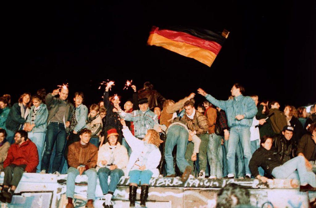 Jeden ze slavných snímků z listopadové euforie roku 1989. (zdroj: Evropský parlament; foto: Belga/DPA)