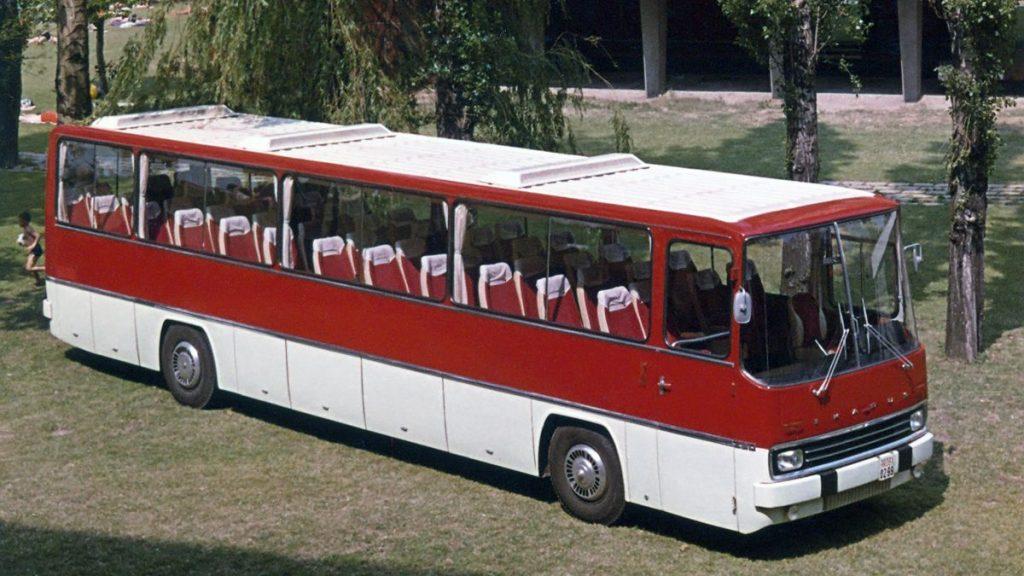Na lince mezi letištěm Schönefeld a Západním Berlínem sloužil i Ikarus 250 východoberlínského DP, který však nebyl opatřen žádnými insigniemi odkazujícími na vlastníka vozu. Tato fotografie nám představuje prototyp Ikarusu 250 z roku 1968 na propagačním snímku výrobce. (foto: Ikarus)
