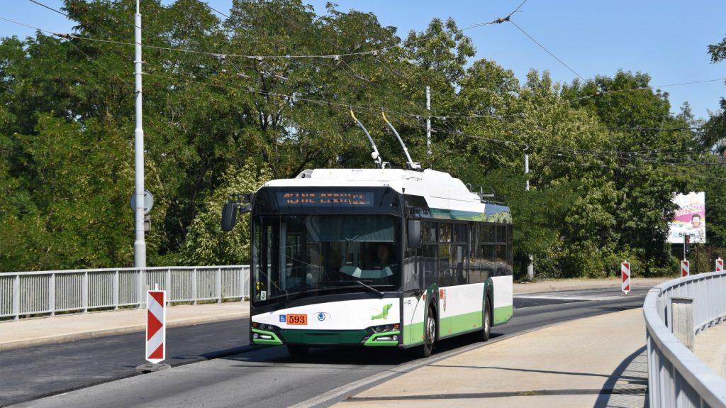 Parciální trolejbus Škoda 26 Tr v Plzni na Těšínské ulici v Doubravce. (foto: Ing. Zdeněk Kresa)
