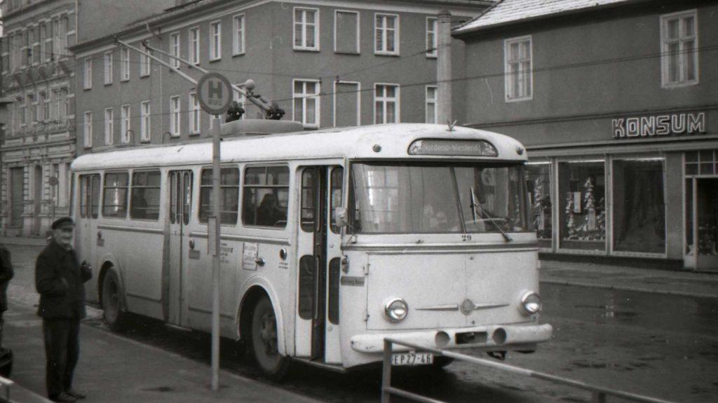 V ulicích Berlína sloužilo i 17 vozů Škoda 9 Tr, které byly dodány v letech 1964-66. Dva z vozů byly po svém vyřazení ještě předány do Eberswalde, zbytek byl po zrušení provozu zlikvidován. Jeden z nich – původního berlínského čísla 303 016 – zachytil fotograf již pod číslem 29 v roce 1975 právě v Eberwalde, jež je jediným městem na území bývalé NDR, v němž se podařilo provoz trolejbusů doposud udržet. (foto: Zdeněk Nesiba)