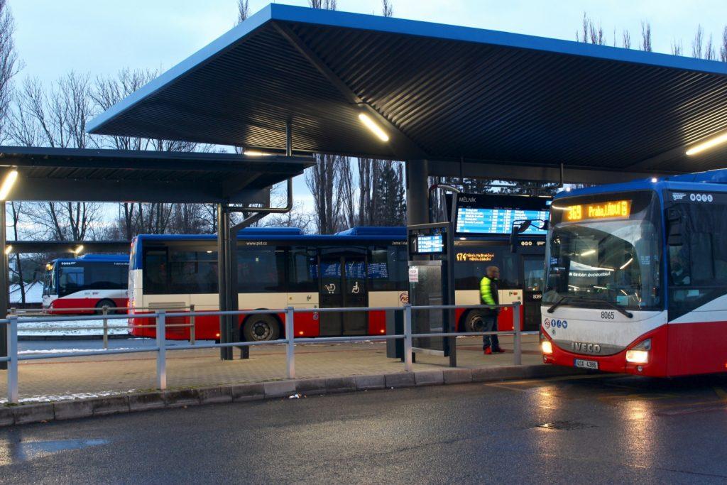Loňské prodeje autobusů v ČR ovládla značka Iveco Bus. Snímek s vozy Iveco Crossway LE NP. pochází z autobusového nádraží v Mělníku. (foto: ROPID)