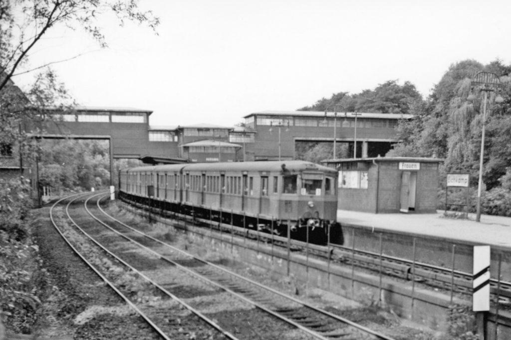 Snímek ze 17. 8. 1961 – tedy krátce po postavení Berlínské zdi – představuje soupravu jednotek vozů ET 165 v zastávce Eichkamp v Západním Berlíně. (zdroj: Wikipedia.de)