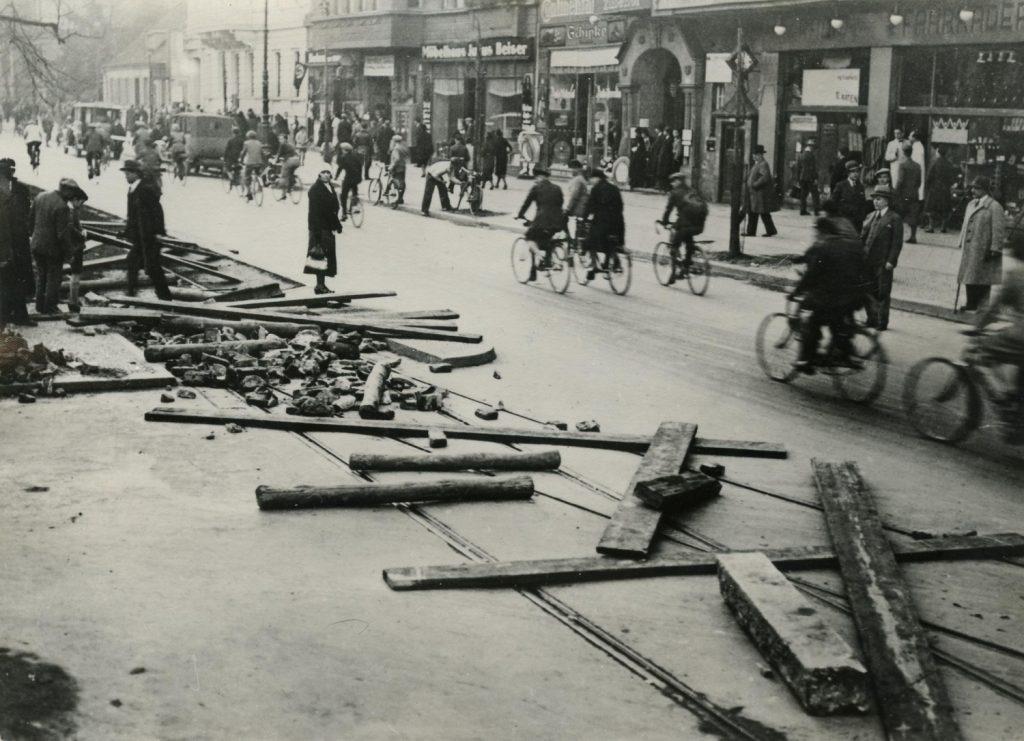 Snímek z roku 1932 dokumentuje poškození tramvajové trati během stávky zaměstnanců BVG. (foto: Deutsches Historisches Museum)