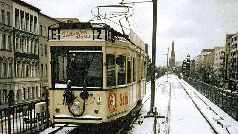 Tramvajový vůz na opuštěné části trasy metra U2 na snímku z roku 1987. (zdroj: Wikipedia.de; foto: Roehrensee