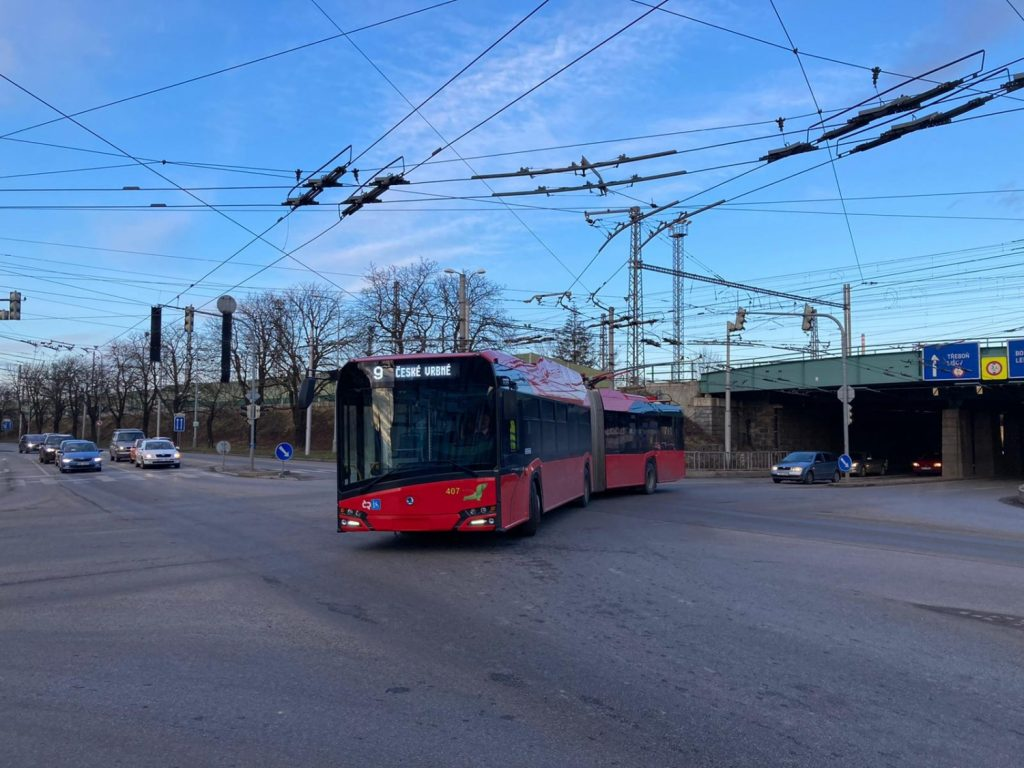 Trolejbus na snímku z 27. 1. 2021 vyjíždí k nádraží z východní části města. Jednou se k němu bude dostávat i ze severu přímo. (foto: Vít Hinčica)