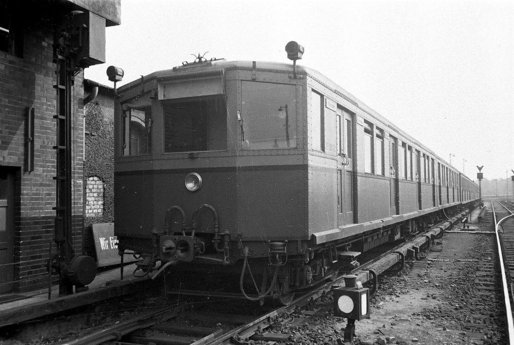 Jednotky řady ET 165 tvořily dlouhá léta páteř vozového parku berlínského S-Bahnu, část z nich navíc posloužila pro přestavbu na jednotky metra EIII ve východním Berlíně. Vozy byly vyrobeny v letech 1928-31 a poslední z nich se dočkaly vyřazení až v roce 1997. (foto: S-Bahn Berlin GmbH)