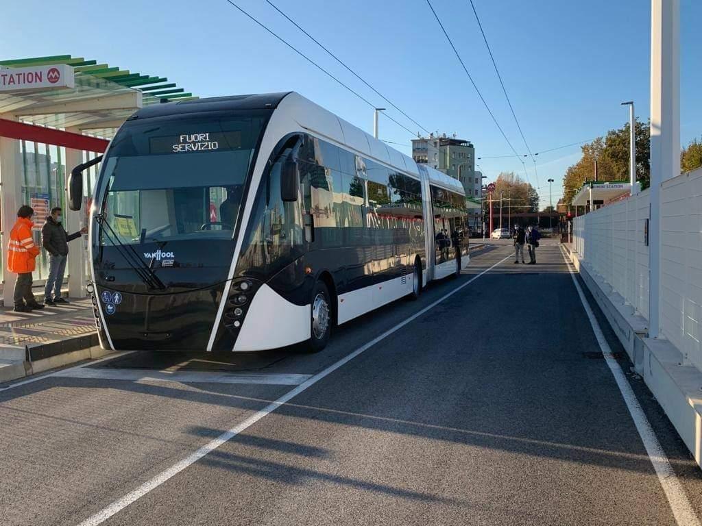 Zkoušky s trolejbusy za účelem kolaudace infrastruktury byly zahájeny v listopadu 2020. (foto: region Emilia-Romagna)