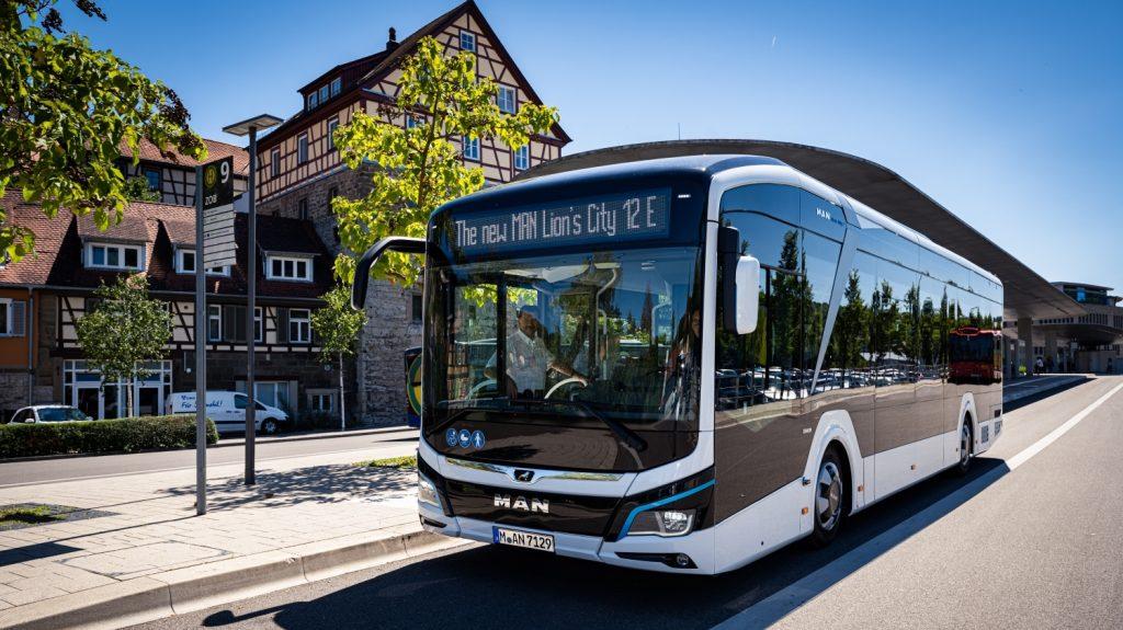 Elektrobus MAN Lion's City 12 E na propagačním snímku výrobce. (foto: MAN Truck & Bus)