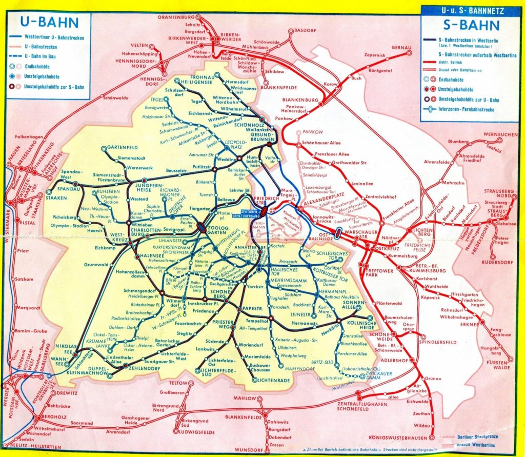 Síť berlínského metra a S-Bahnu. Západní Berlín je značen žlutě a trasy S-Bahnu jsou zvýrazněny tmavě modrou barvou, zatímco světlý odstín je použit pro trasy metra. Plánek dokumentuje stav před redukcí sítě v roce 1980. (zdroj: Wikipedia.de)