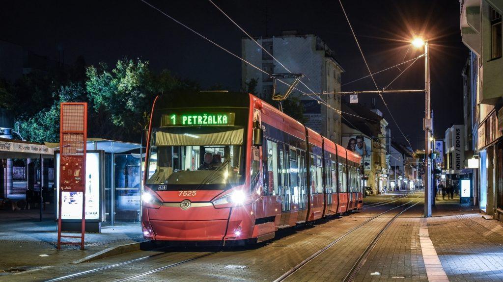 Obousměrné tramvaje Škoda 30T o délce 32,45 m dodala do Bratislavy v letech 2014-2015 Škoda Transportation v počtu 30 kusů. Nyní chce DPB dalších 10 obousměrných vozů. (foto: Honza Tran)