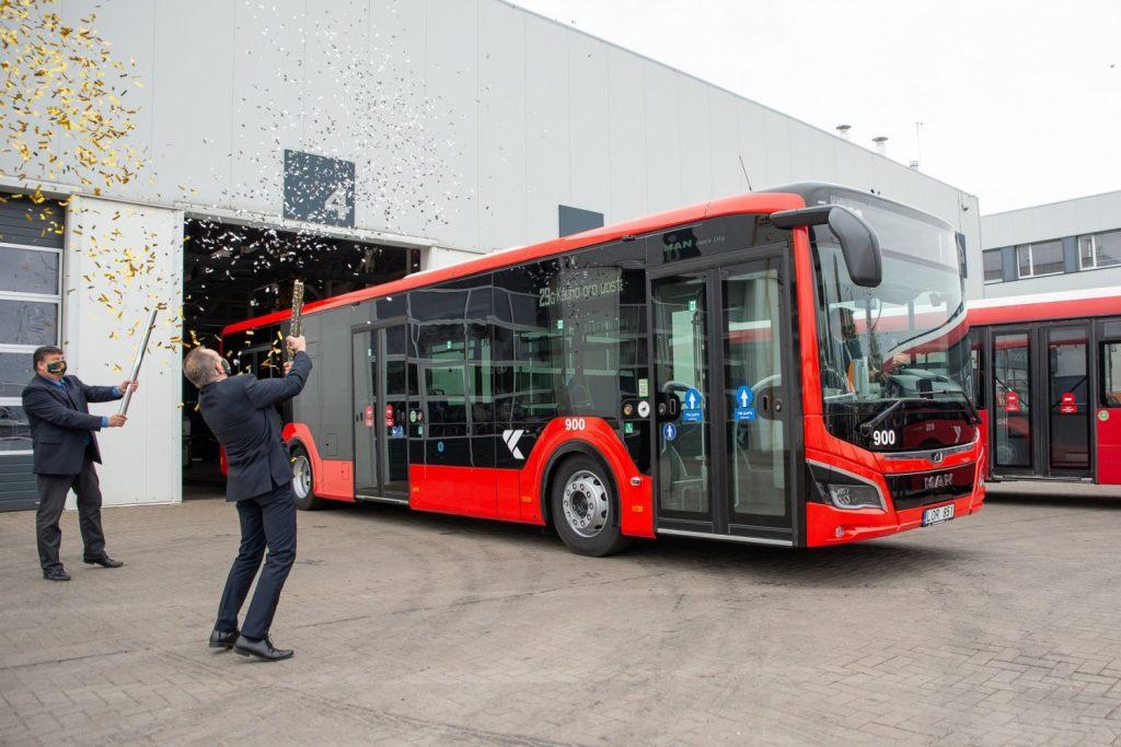 První MAN Lion's City 12C EfficientHybrid ze stokusové dodávky byl v Kaunasu předán do provozu již na podzim 2020. Dalších 99 vozů omladí vozový park v letošním roce. (foto: MAN Truck & Bus)