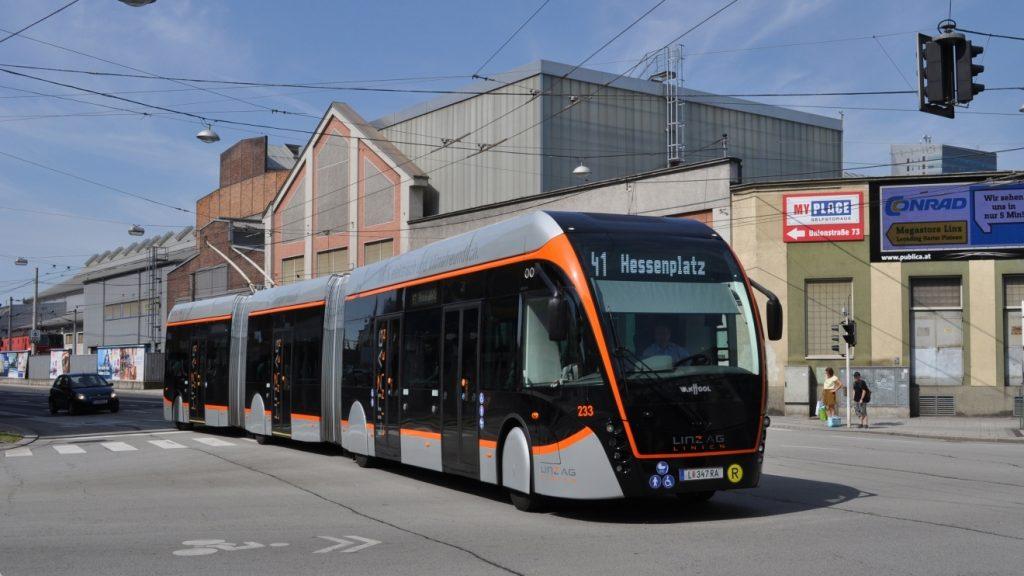 Do dubna 2019 bylo zařazeno do provozu postupně 20 nových tříčlánkových trolejbusů Van Hool Exqui.City 24T, které nahradily původní 18m trolejbusy z produkce Volva. (foto: Josef Pernica)