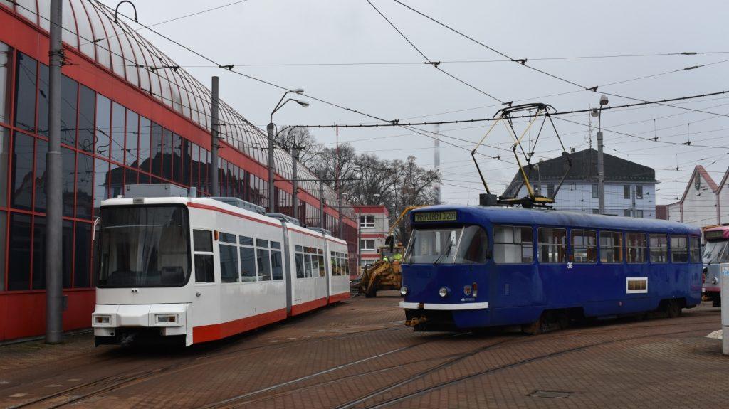 Tramvaj GT6M ev. č. 901 v sousedství z pravidelného provozu již vyřazeného vozu T3 ev. č. 36/IV během nakládky v areálu vozovny v Liberci. (foto: Libor Hinčica)