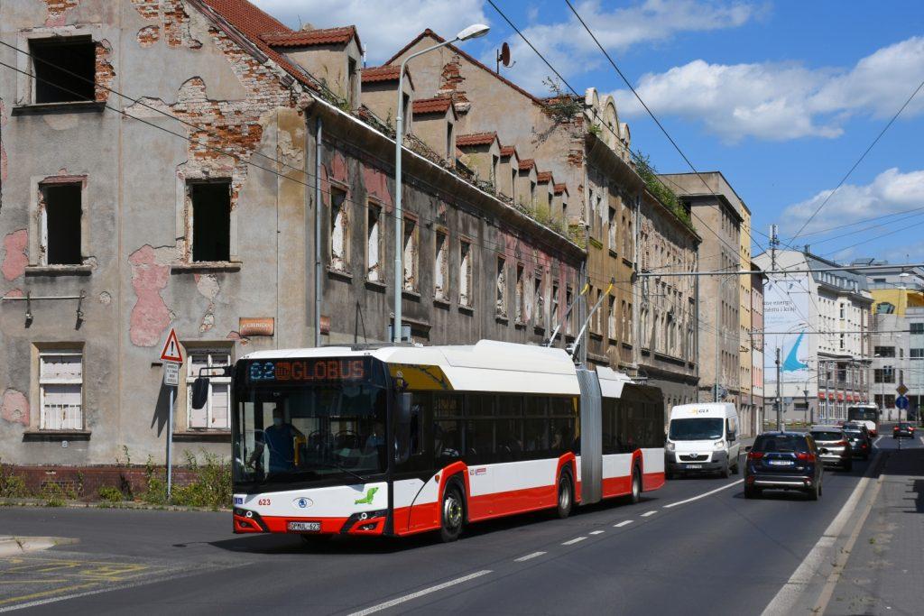 V Ústí nad Labem již 9 parciálních trolejbusů jezdí. Jejich dodavatelem byla Škoda Electric. Snímek z léta 2020 představuje jeden z vozů 27 Tr u dnes už neexistující zástavby v blízkostí ústeckého západního nádraží.  (foto: Petr Nevyhoštěný)