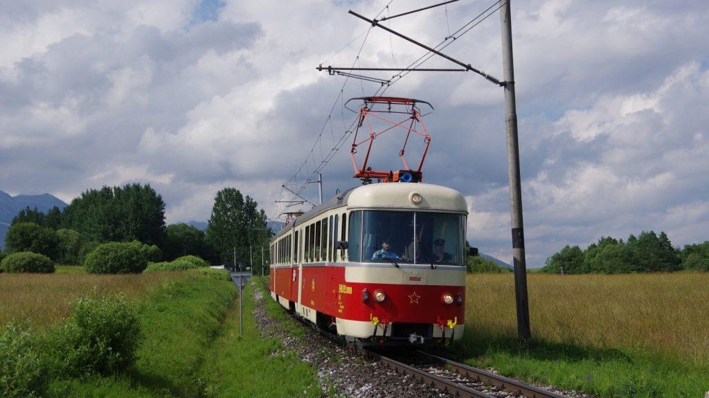 Jednotka EMU 89.0009 byla představena po náročné opravě v roce 2018 a ihned se stala středem pozornosti fanoušků veřejné dopravy. Na snímku je zachycena při zvláštní jízdě pod Novou Lesnou. (foto: Ing. Mário Kováč)