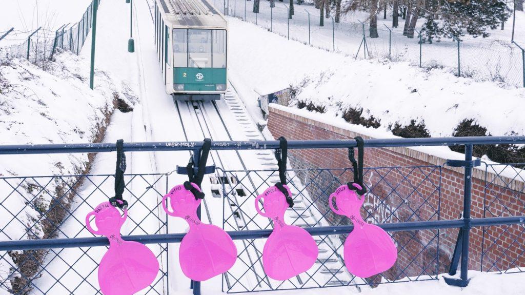 Netradiční služba mikromobility v podobě zapůjčení bobovacích lopat bude k dispozici do doby, než sníh opustí ulice našich měst. (foto: Rekola)