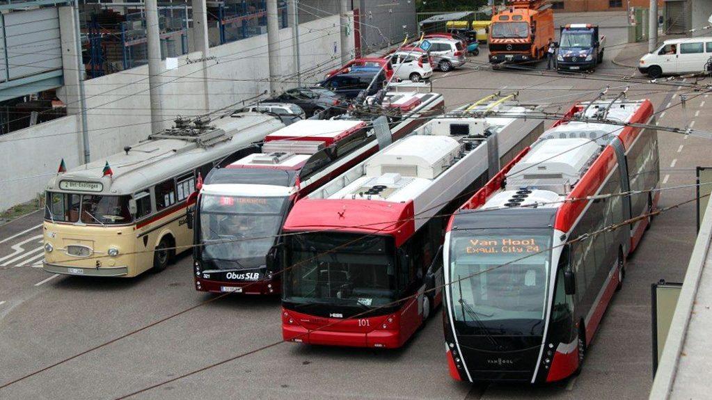 Setkání testovaných trolejbusů Solaris, HESS a VanHool v německém Esslingenu v roce 2012 ve společnosti historického vozu Henschel typu HS 160 OSL. (foto: Mattis Schindler)