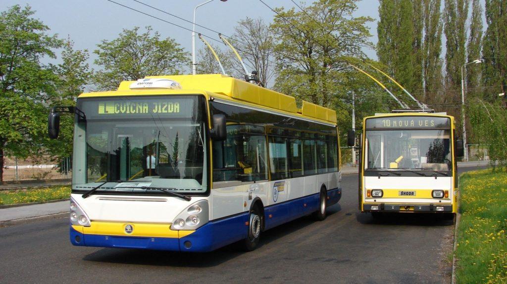Novotou zářící vůz Škoda 24 Tr ev. č. 166 zachycený v roce 2006 ve společnosti vozu 14 TrM na smyčce Anger. Dnes jsou už minulostí oba vozy. (foto: Libor Hinčica)