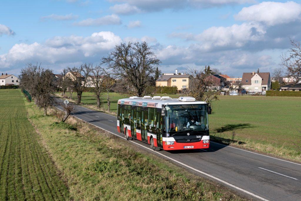 Píše se 30. listopadu 2020 a úsekem mezi pražskými Miškovicemi a Kbely projíždí na lince 202 SOR NB 12 CITY ev. č. 3686. Tento vůz byl uveden do provozu v září 2011 a až o čtyři roky později na něj navázal další standardní autobus z prvního tendru, mezitím DPP odebíral pouze kloubové vozy. (foto: Honza Tran)