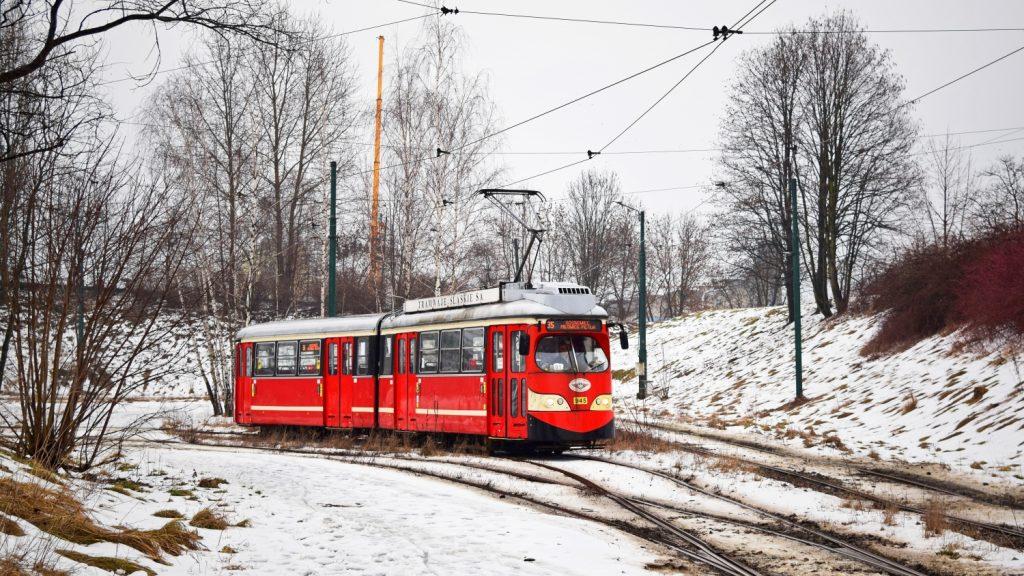 Vůz 945 na dočasné výlukové lince 35 (Milowice pętla – Sosnowiec, Zagórze) ve smyčce Zagórze. V nejbližší budoucnosti se toto místo změní k nepoznání v souvislosti s již probíhající výstavbou nové tramvajové trati. (foto: Petr Bystroň)