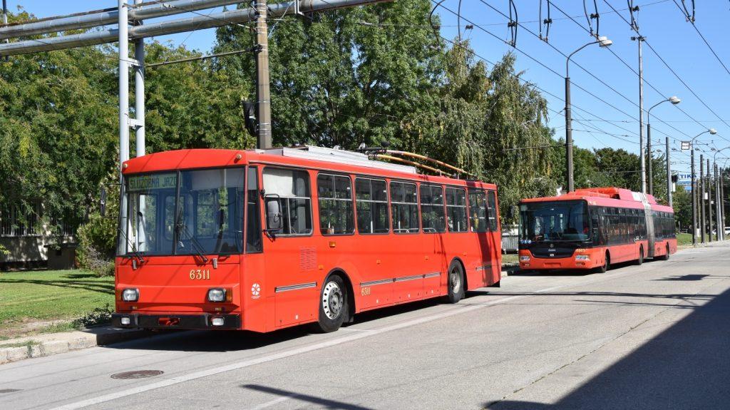 Příležitostně se v provozu ještě stále objevuje několik vozů Škoda 14 Tr, a to na nočních spojích, anebo pro služební účely (prevence proti námraze). Jedním z posledních přežívajících vozů je i trolejbus ev. č. 6311 z roku 1991, který na fotografii odpočívá v areálu vozovny. (foto: Libor Hinčica)