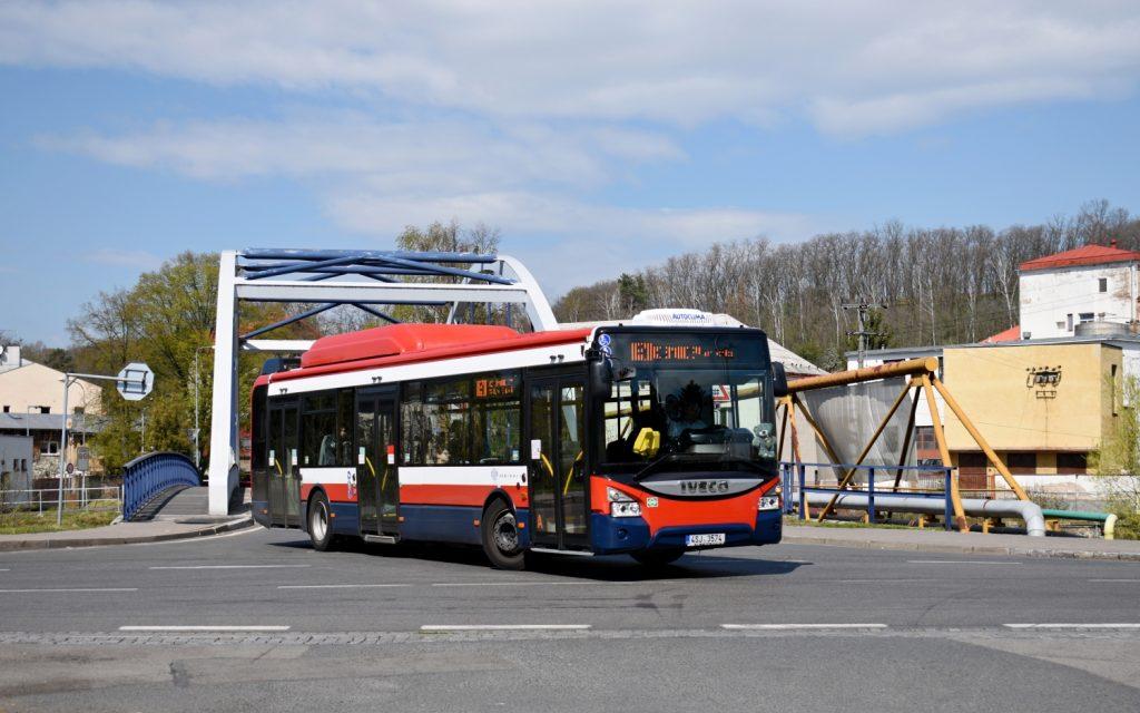 Iveco Urbanway 12m CNG 4SJ 3574 z první dodávky vozů přejel dne 17. dubna 2019 most přes řeku Jizeru a za chvíli opustí i místní část Čejetičky. (foto: Matěj Stach)