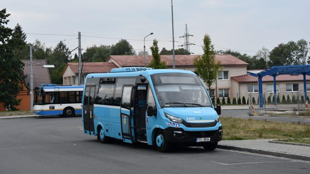 Dne 5. 8. 2018 byl během pauzování na terminálu Hranečník zachycen jeden z ostravských elektrobusů Rošero. Nyní DPO objednal i první plynové vozy slovenského výrobce. (foto: Libor Hinčica)