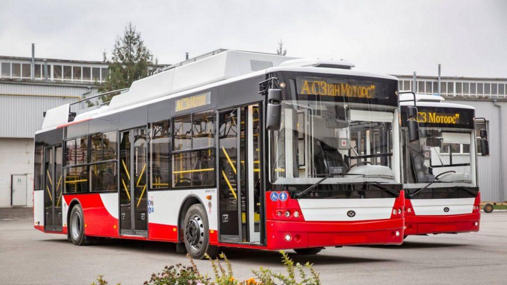 Trolejbusy Bogdan pro město Lutsk z loňské dodávky. Ve městě bychom nalezli jak 15m vozy Bogdan E231 ještě ve starším designu (vyrobené v r. 2007), tak jediné dva vyrobené krátké vozy Bogdan T50110 o délce 9,9 m (z r. 2008). 12m vozů si město pořídilo v letech 2020 a 2021 deset. (foto: Bogdan Motors)