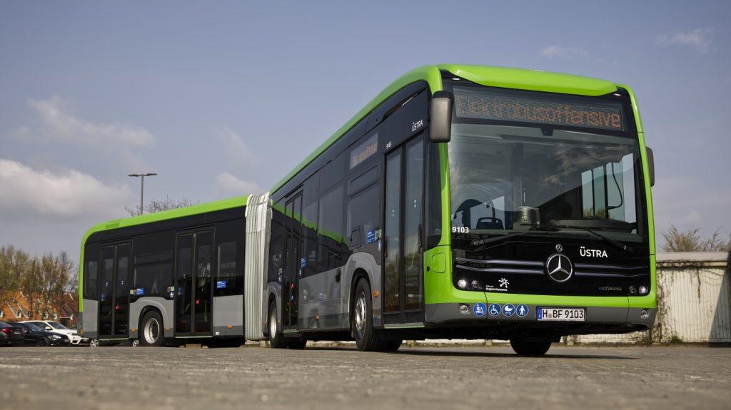 Elektrobus Mercedes-Benz eCitaro G v barvách dopravce ÜSTRA. (foto: EvoBus)