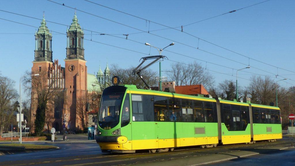 Tramvaj Moderus Beta  MF02 AC v Poznani. V tříčlánkové verzi jsou tramvaje v provozu také ve Wrocławi, Katovicích a Štětíně. (foto: Michał Kwaśniak)
